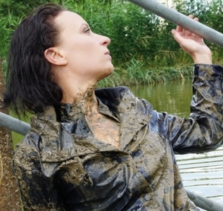 Cleaning up a muddy fetish mess (39 pics)